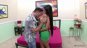 cojen y le queda su a esposa se dormido Teen gets banged in the gym